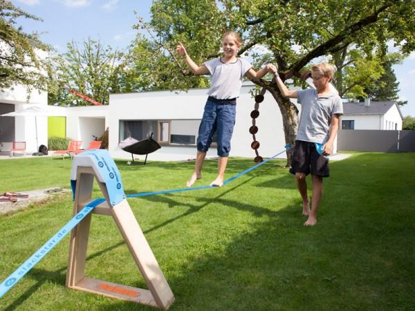 slackline-mit-Frame-KInder-balancieren-im-Garten