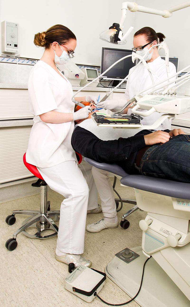 Zahnarzt-behandelt-auf-Salli-Sattelstuhl